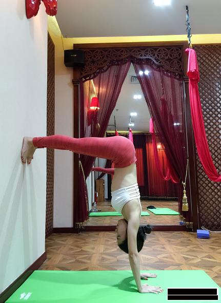 空中瑜伽的倒立